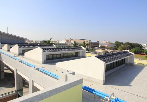 斜屋頂與電動排煙窗